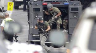 Cảnh sát đến hiện trường xảy ra vụ xả súng ở tòa nhà Hải quân Mỹ tại Washington ngày 16/09/2013.