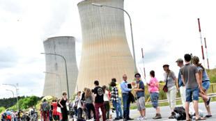 Belgas, holandeses e alemães fazem corrente humana contra reatores na Bélgica.