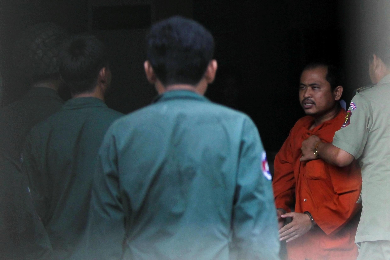 Ông Kim Sok (P) đến tòa án Phnom Penh, Cam Bốt, ngày 10/08/2017.