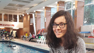 Pascaline, 20 ans, a un handicap moteur suite à une naissance très prématurée. En nageant, elle se sent libre dans son corps.