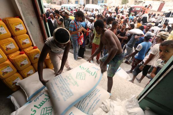 Lors d'une distribution de sacs de farine au centre d'aide humanitaire de la ville portuaire d'Hodeidah, le 14 juin 2018.