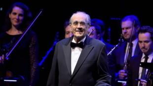 El compositor Michel Legrand a la batuta de la orquesta sinfónica, que interpreta sus éxitos en la Sala Pleyel de París.