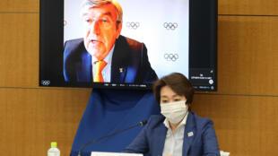 Thomas Bach (en pantalla) habla durante la intervención inaugural de una reunión del COI con el Comité Organizador de los Juegos Olímpicos de Tokio 2020, en presencia de su presidenta, Seiko Hashimoto, el 19 de mayo de 2021 en la capital japonesa