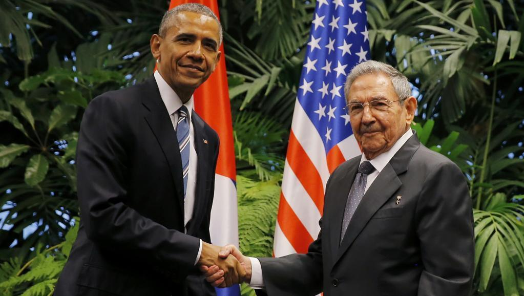 Barack Obama na Raul Castro wakipeana mikono kwa muda mrefu katika Ikulu ya Mapinduzi mjini Havana Jumatatu hii, Machi 21 2016.