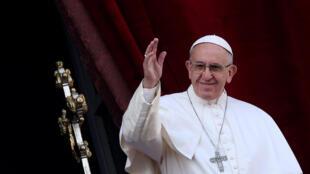 """El Papa Francisco saluda a los feligreses luego de su mensaje navideño """"urbi et orbi"""" en la Plaza San Pedro del Vaticano el 25 de diciembre de 2016."""