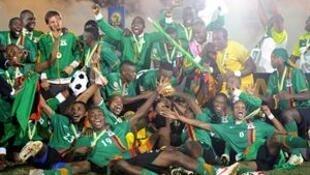 A selecção da Zâmbia a festejar ontem à noite, em Libreville, a conquista do título africano.