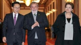 O presidente Lula ao lado do presidente sul-coreano Lee Myung-bak e da presidente eleita Dilma Roussef, em Seul.