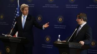 El secretario de estado John Kerry durante la conferencia con el canciller turco Ahmet Davutoglu en el Palacio de Ciragan en Estambul