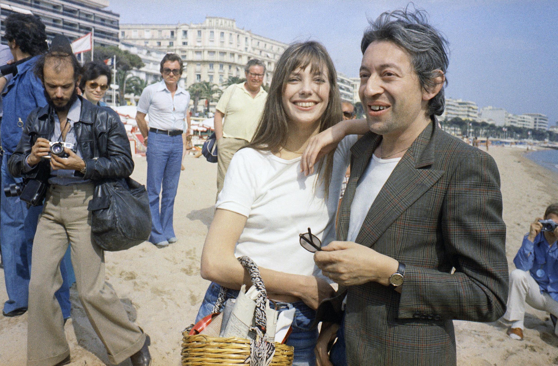 La actriz de cine de origen británico, Jane Birkin, y su compañero, el compositor y músico francés Serge Gainsbourg, posan mientras asisten al Festival Internacional de Cine de Cannes, el 16 de mayo de 1974, en Cannes, Francia.