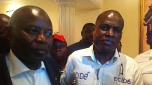 Martin Fayulu (D) après sa libération ce dimanche 14 février 2016, aux côtés de l'opposant Vital Kamerhe (G).
