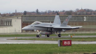 Un avion F-18 de l'armée de l'air Suisse sur la base de Payerne.