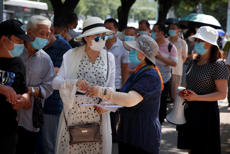 Người dân Bắc Kinh xếp hàng chờ làm xét nghiệm Covid-19, ngày 30/06/2020.