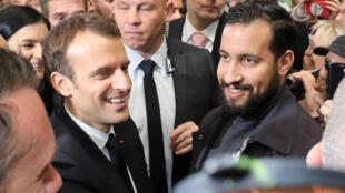El presidente francés Emmanuel Macron  y su guardaespaldas Alexandre Benalla, el 24 de febrero de 2018 au Salón de la Agricultura de París.
