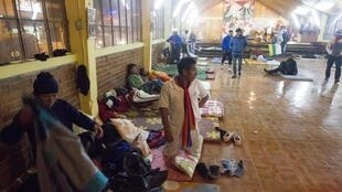 Índios equatorianos alojados no chão de uma igreja em Quito, após marcha de protesto, no dia 11 de agosto de 2015.