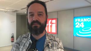 Edson Secco no estúdio 51 da Rádio França Internacional