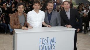 """O diretor Bennett Miller (2° à esq.) posa com os atores do filme """"Foxcatcher"""" em Cannes."""