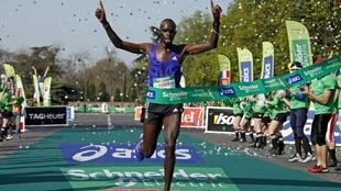 O queniano, Mark Korir, vencedor da maratona de Paris, deste domingo, 12 de abril de 2015