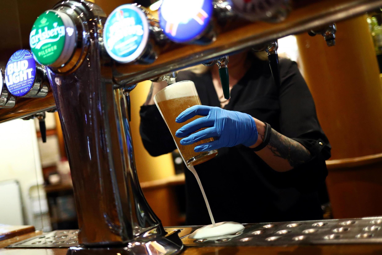 Los pubs autorizados a reabrir este sábado en Inglaterra