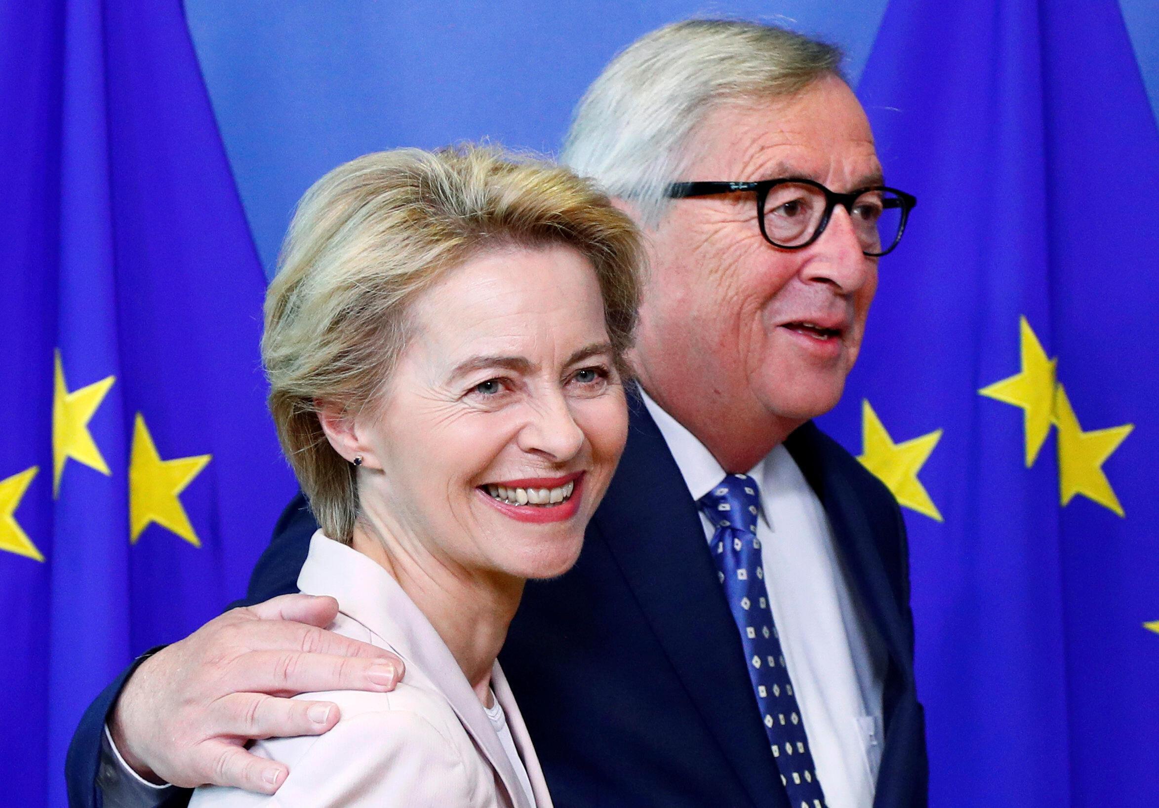 Bộ trưởng Quốc Phòng Đức Ursula von der Leyen (T) và chủ tịch UBCA mãn nhiệm Jean-Claude Juncker, tại trụ sở của UB, Bruxelles, Bỉ, ngày 04/07/2019