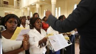 Des fidèles chantent dans la cathédrale de Bamako.