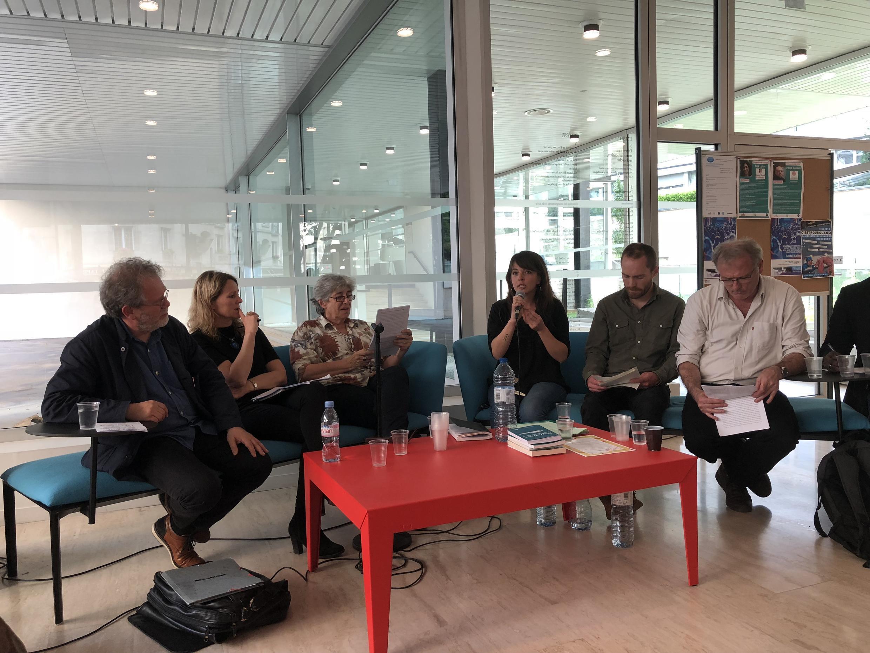 Le débat « Penser, représenter, vivre l'exil » à l'EHESS. Georges Didi- Huberman (g.), Françoise Beauguion (au micro) et William Gaye (d.).