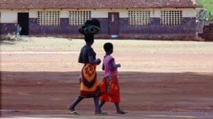 Mulheres vestidas com capulana, em Moçambique.