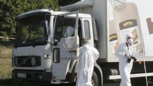 Policiais forenses isolam caminhão estacionado em que dezenas de imigrantes foram encontrados mortos em uma estrada perto de Parndorf, na Áustria.  27 de agosto de 2015.