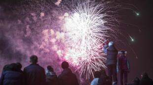 Les feux d'artifice crépitent dans le ciel lors de la célébration du premier anniversaire de l'annexion de la Crimée par la Russie, le 18 mars 2015.
