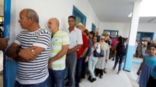 Un grupo de electores espera para entrar en el centro de votación. Túnez, 15 de septiembre de 2019.