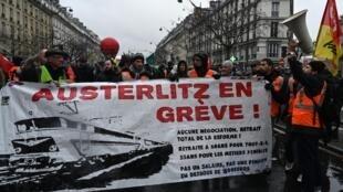 Les grévistes ont fêté lundi soir Noël à la gare d'Austerlitz, à Paris. Plusieurs banderoles de lutte ont été ramenées dont «Austerlitz en grève».