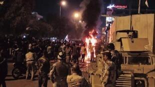 伊拉克抗议民众在圣城卡尔巴拉(Karbala)爬过防爆墙,对着伊朗领事馆建筑发射烟火     2019年11月4日