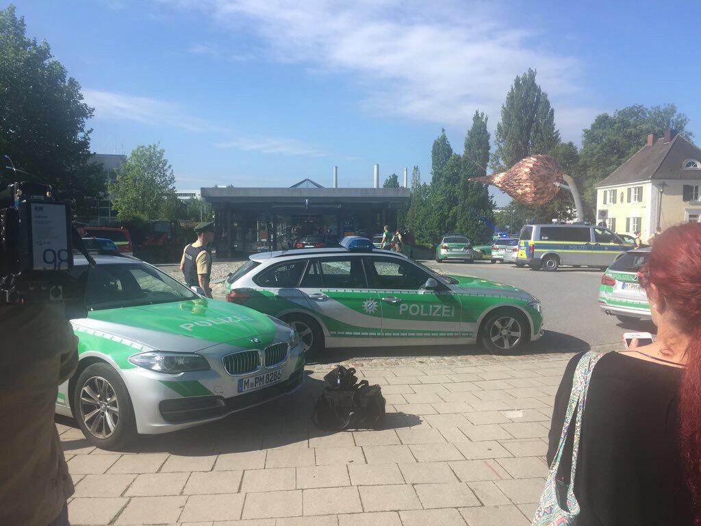 Várias pessoas ficaram feridas em um tiroteio nesta manhã em uma estação de trem da periferia de Munique, no sul da Alemanha.
