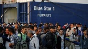 Беженцы и мигранты, прибывшие в греческий порт Пирей, 14 июня 2015.