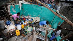 Matthew  aurait provoqué la mort de 5 personnes, une personne serait portée disparue et 14 530 personnes ont été déplacées  pour être placées dans des abris provisoires dans les zones affectées. Photo : Les Cayes, une commune d'Haïti le 5/10/2016.