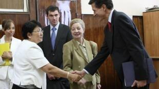 La présidente par intérim du Kirghizistan Rosa Otounbaïeva (g) rencontre l'émissaire américain, Robert Blake (D) à Bichkek, le 19 juin 2010.