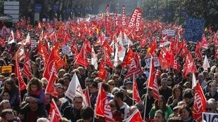 57 cidades espanholas criaram uma verdadeira maré vermelha de protestos pelo país contra as medidas de austeridade, no dia 19 de fevereiro de 2012.