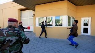 بغداد: یکی از معترضان که به ساختمان سفارت آمریکا رسیده، با کفش شیشهها را خرد میکند