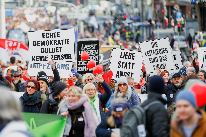 Entre 15 mil e 20 mil pessoas marcharam no sábado (20) em Kassel, no centro da Alemanha, contra as medidas sanitárias determinadas pelo governo para barrar a propagação das variantes do coronavírus.
