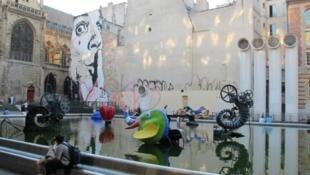 巴黎蓬皮杜文化中心斯特拉文斯基噴泉對面的達利肖像