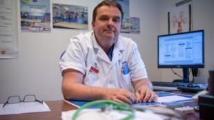 O cirurgião francês Emmanuel Martinod, no hospital Avicenne em Bobigny, na região parisiense