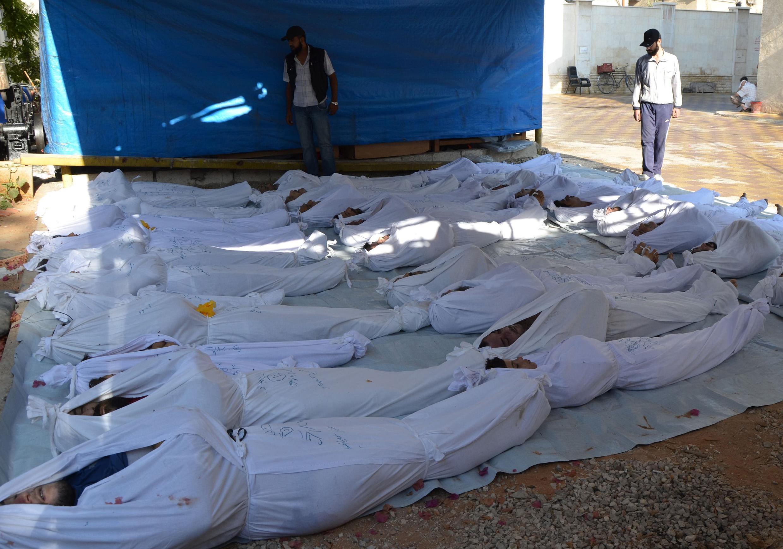 Ativistas sírios inspecionam corpos de vítimas do ataque do governo sírio desta manhã, dia 21 de agosto, na região de Damasco, no qual rebeldes afirmam que foi utilizado gás neurotóxico.