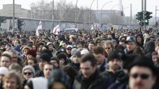 Protesto de berlinenses contra demolição de parte do Muro de Berlim em East Side Gallery.