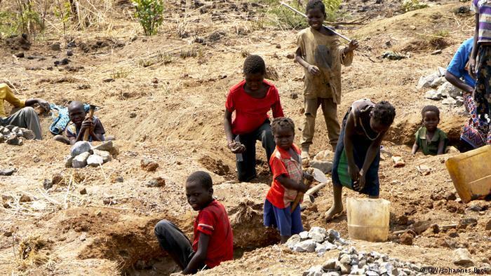 Crianças numa pedreira junto à estrada nacional EN 102, perto da cidade de Guro, na província central de Manica.