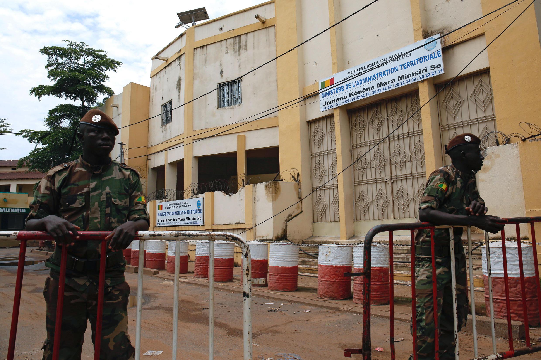Des soldats montent la garde devant le ministère de l'Administration des territoires à Bamako, le 2 août 2018.