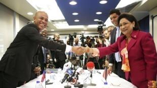 Le président haitien Michel Martelly et Kamla Persad-Bissessar, Premier ministre de Trinité et Tobago se sont rencontrés à Port-d'Espagne, le 28 juillet 2014.