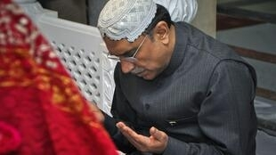 President Asif Ali Zardari prays at the gave of his wife Benazir Bhutto on the anniversay of her death on 26 December
