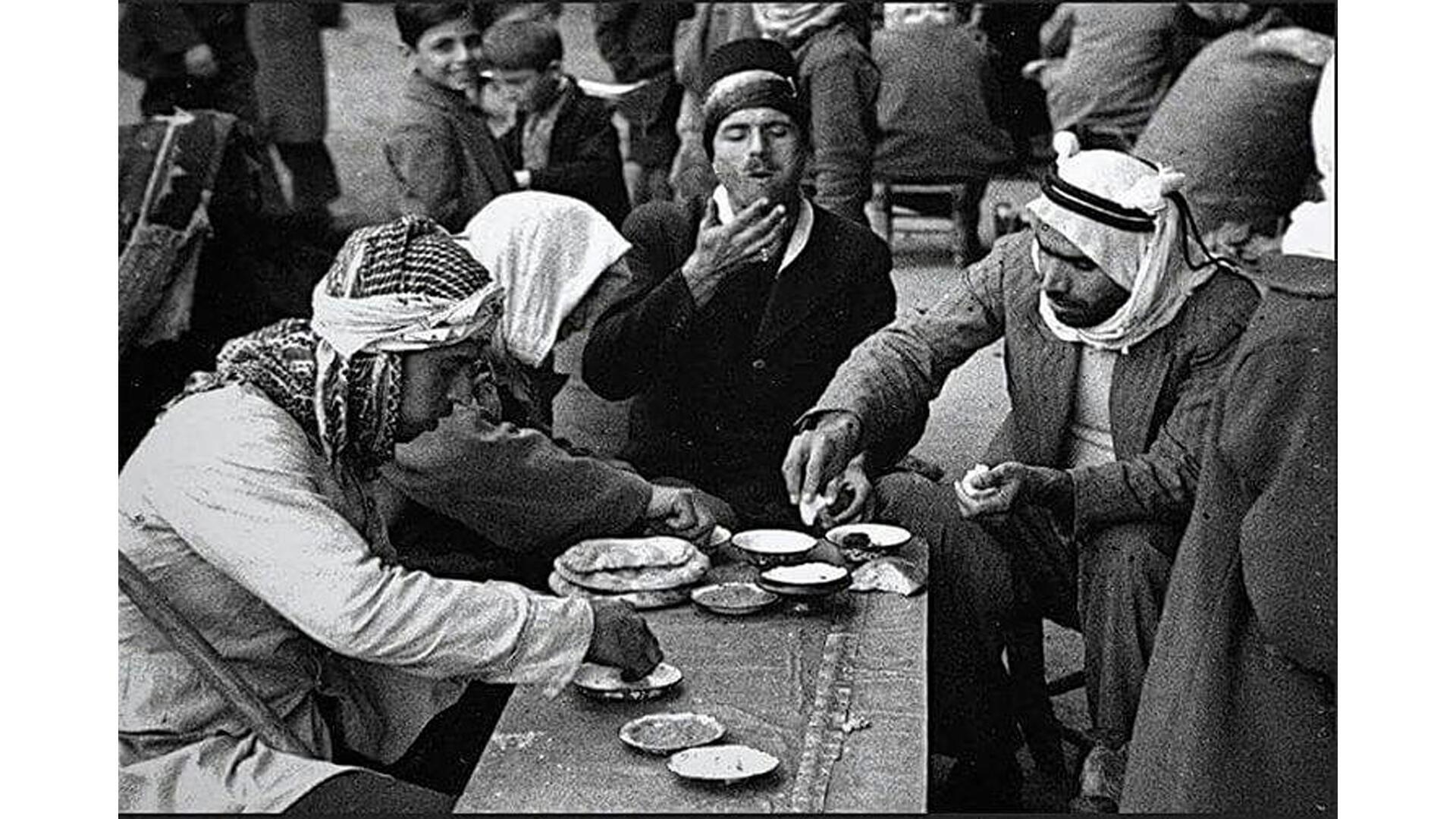Repas - en noir et blanc - Jérusalem Palestine 1937 - Académie de cuisine du monde arabe - Le goût du monde 22 mai 2021