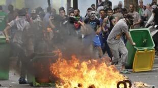 Manifestantes se revoltaram contra a proibição do protesto pró-palestinos em Paris pelo governo francês, neste sábado (19).
