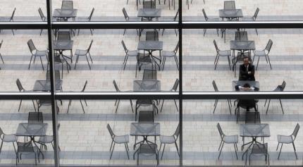 Bên ngoài một phức hợp văn phòng và thương mại ở Tokyo. Tỉ lệ thất nghiệp tại Nhật Bản tăng lên từ sau vụ động đất và sóng thần ngày 11/3/11.