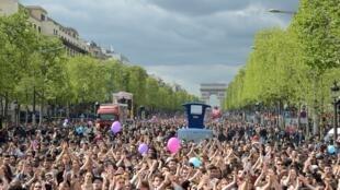 Tous les chars sont suivis de centaines de personnes, dans le cadre du printemps Solidaire à Paris.
